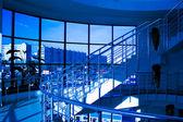 Mramorové schodiště s ocelového zábradlí — Stock fotografie