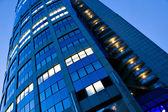 Fragmento de torre iluminada negocios — Foto de Stock