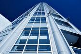底面视图到现代摩天大楼 — 图库照片