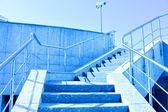 Schodiště do modré oblohy — Stock fotografie