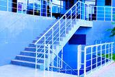 Escalera de mármol con una barandilla de acero — Foto de Stock