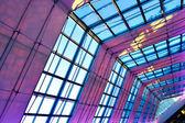 紫照明的天花板室内 — 图库照片
