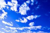 Abstraits nuages dans le ciel bleu — Photo