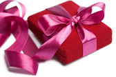 Rode geschenkdoos met roze lint geïsoleerd — Stockfoto