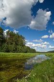 Zomer landschap met wolken en rivier — Foto de Stock