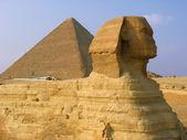 Sphinx und pyramiden in gizeh. — Stockfoto