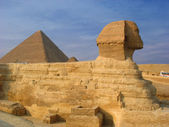 Sphinx and pyramids in Giza — Стоковое фото