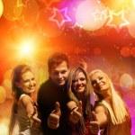 amici felici in night club — Foto Stock