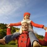 madre e figlia avendo divertimento all'aperto — Foto Stock