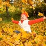 bella bambina con foglie di autunno — Foto Stock