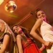 chicas bailando en la discoteca — Foto de Stock