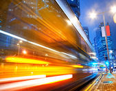 Snabbt rörliga buss på natten — Stockfoto