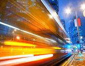 在晚上的快速移动巴士 — 图库照片