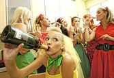 Mulheres felizes bebendo champanhe — Fotografia Stock