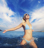 Mujer feliz corriendo en el mar — Foto de Stock