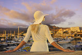 Attractive young woman near the yachts — Stock Photo