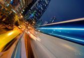 Bus de mouvement rapide dans la nuit — Photo