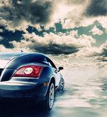 Sport auto weerspiegeld in water — Stockfoto