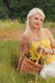 在一片草地上轻松快乐的女孩 — 图库照片