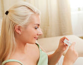 Woman holding positive pregnancy test — Stockfoto