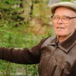 Elderly man working in garden — Stock Photo