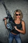 Belle femme blonde avec perforateur — Photo