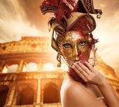 Piękna kobieta przed koloseum — Zdjęcie stockowe
