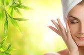 Mujer joven aplicar cosméticos orgánicos — Foto de Stock