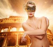 Bella donna davanti al colosseo — Foto Stock
