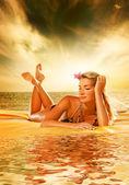 красивая молодая женщина расслабляющий — Стоковое фото