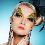 jeune beauté avec papillon visage-art — Photo