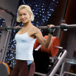 Strong woman lifting heavy weights — Stockfoto