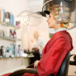 Woman drying her hair in beauty salon — ストック写真