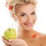 vacker kvinna med mogen grönt äpple — Stockfoto #2084409
