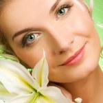 vacker ung kvinna med lily blomma — Stockfoto #2084413