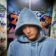 Hooligan dans un graffiti peint passerelle — Photo