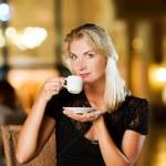 vacker ung kvinna som dricker kaffe — Stockfoto #2086471