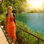 touristique se réveiller dans la forêt près du lac — Photo