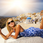 bella ragazza sull'isola di santorini — Foto Stock