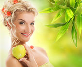 Beautiful woman with ripe green apple — Stock Photo