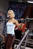 強い女性が重い重量を持ち上げる — ストック写真