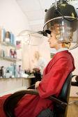 Frau trocknen ihr haar im schönheitssalon — Stockfoto