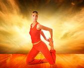 Krásná žena, která dělá jóga cvičení — Stock fotografie