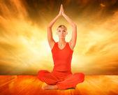 Bella donna facendo esercizio di yoga — Foto Stock