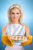 Bella donna tiene caldo torta italiana — Foto Stock