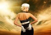Сексуальная женщина на фоне неба — Стоковое фото