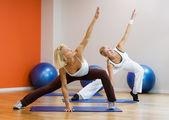 Grupo de hacer ejercicio fitness — Foto de Stock
