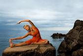 Hermosa mujer haciendo ejercicio de yoga — Foto de Stock