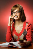 женщина, поиск номер телефона — Стоковое фото
