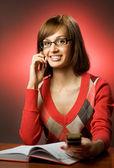 Femme à la recherche d'un numéro de téléphone — Photo